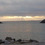Zachmurzony zachód słońca na morzu
